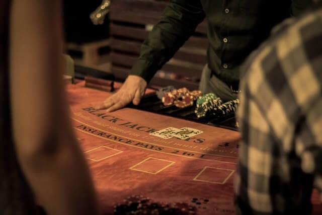 Händer på ett blackjack-bord.